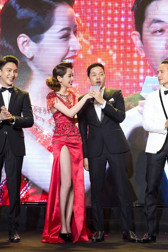 Nữ diễn viên còn khiến nhiều người bất ngờ khi dành những lời có cánh cho Thái Hòa, khen anh đẹp trai nhất trong dàn diễn viên nam.