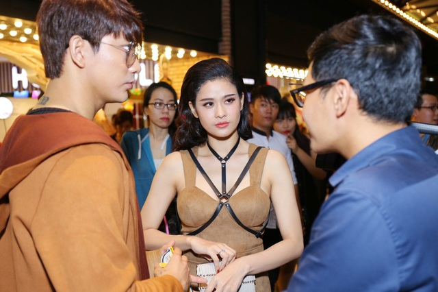 Tại đây, chàng soái ca Tim tận tình chỉnh sửa trang phục lại cho Trương Quỳnh Anh. Với những hành động nhỏ này, cả hai nhận được sự ủng hộ từ mọi người. Cặp đôi chăm chú trò chuyện cùng bạn bè.
