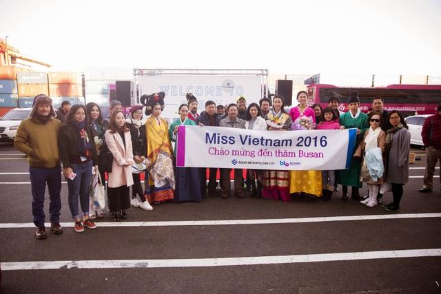 Trong trang phục Hanbok, cả hai hoá thân thành những thiếu nữ Hàn xinh đẹp. Mỹ Linh và Thanh Tú đều được rất đông người dân Hàn Quốc xin chụp ảnh lưu niệm.