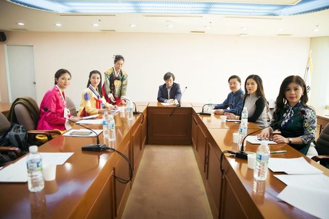 Điểm đến đầu tiên của đoàn là Đài truyền hình MBC, có trụ sở chính tại Busan. Họ được ông Haewon Chin (Phó Tổng Giám đốc đài MBC) mời tham quan các phòng ban.