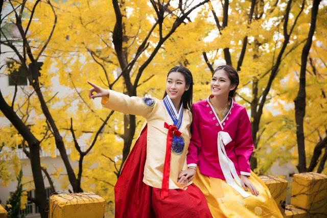 Chùm ảnh đẹp Hoa hậu Mỹ Linh, Á hậu Thanh Tú dạo đường phố Busan trong trang phục truyền thống Hàn Quốc.