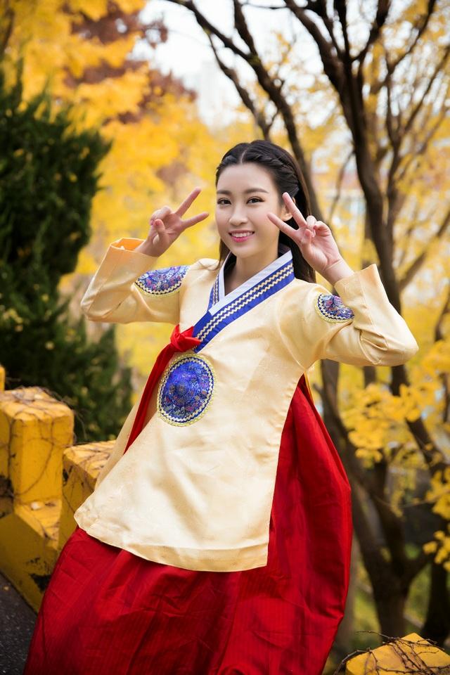 Hoa hậu Mỹ Linh nhí nhảnh tạo dáng.