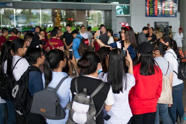 Khá nhiều người hâm mộ háo hức chờ đợi để chào đón Lệ Hằng.