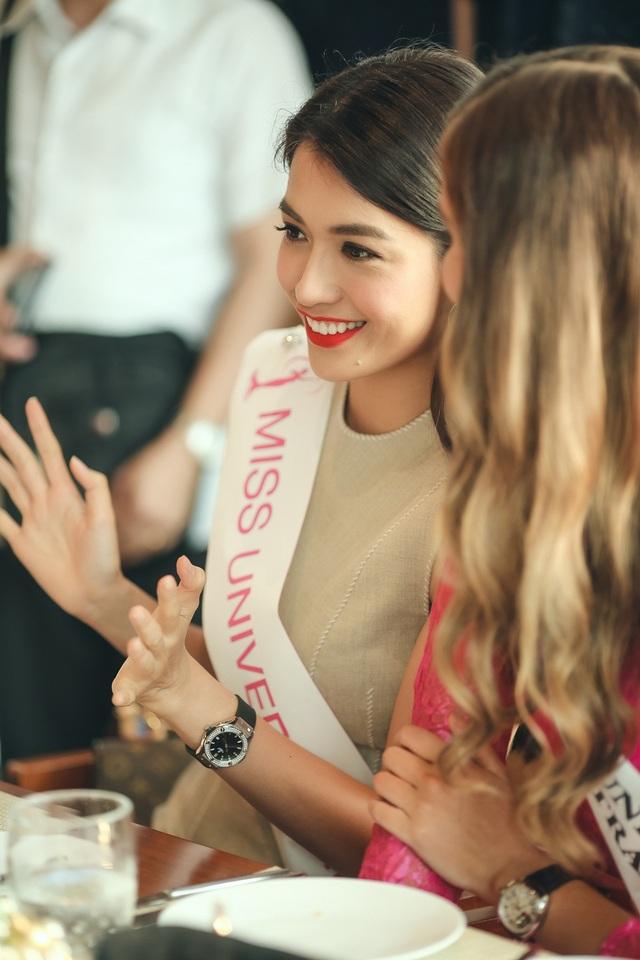 Á hậu Lệ Hằng trò chuyện cùng đại diện các nước tham dự chuỗi hoạt động trước thềm Miss Universe.