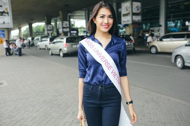 Tại sân bay, cô diện trang phục hiện đại với áo sơ mi, quần jeans.
