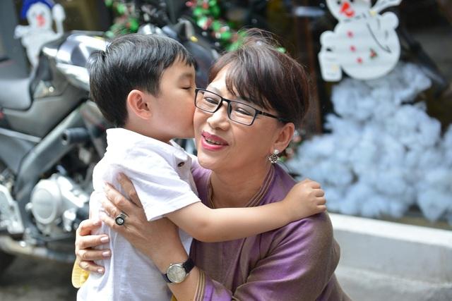 Thần đồng nhí ôm hôn em gái cố nhạc sĩ Trịnh Công Sơn để tỏ bày cảm ơn.