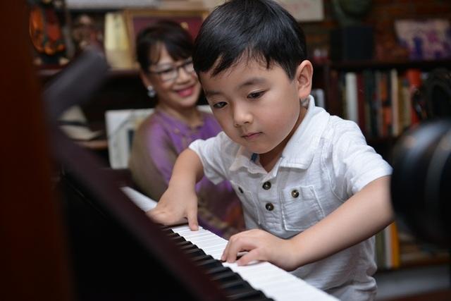 Cậu bé thể hiện những ngón đàn trong căn phòng đặc biệt của cố nhạc sĩ.