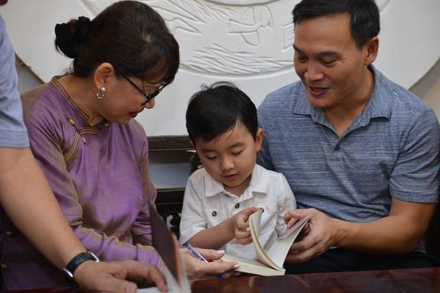 Evan Lê thích thú khi được tặng những quyển sách về nhạc sĩ Trịnh Công Sơn.