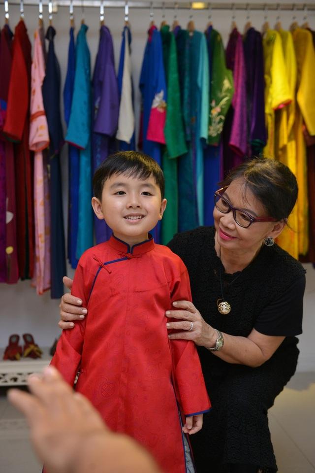 Cậu bé cũng được tặng chiếc áo dài do chính tay bà Trịnh Hoàng Diệu thiết kế.