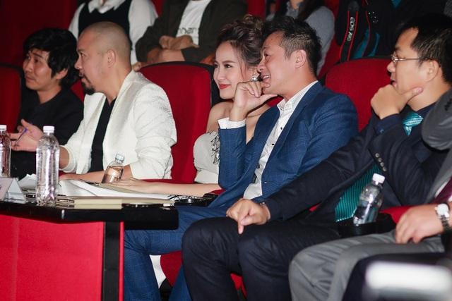Trên ghế nóng, người đẹp The Face khá thân thiết với MC Anh Tuấn. Cả hai liên tục trò chuyện và cười đùa, thậm chí ghé sát vào nhau để cùng trao đổi về các thí sinh.