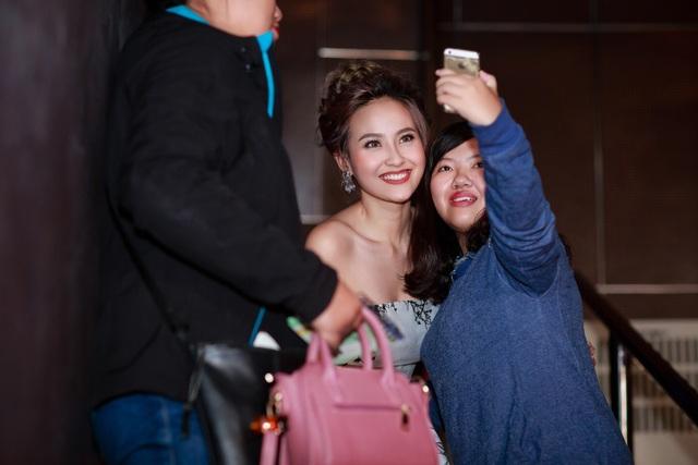 Sau khi kết thúc cuộc thi, Khánh Ngân bắt taxi về khách sạn nghỉ ngơi. Tuy nhiên, cô vẫn được các khán giả giữ lại để xin chụp hình kỷ niệm.