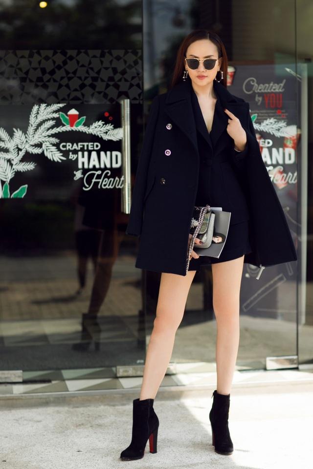 Kim Duyên chọn cho mình phong cách cổ điển sang trọng khi kết hợp áo vest đen cùng quần short.