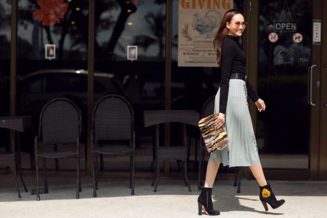 Tổng thể bộ trang phục thêm phần hoàn hảo hơn bởi đôi ankle boot và thắt lưng to bản.
