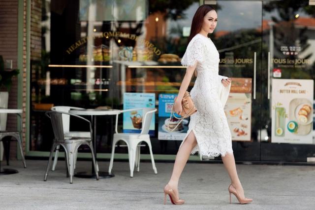 Món đồ duy nhất mà Kim Duyên lựa chọn chính là chiếc túi xách tán đinh hàng hiệu size nhỏ góp phần tăng thêm sự sang trọng.