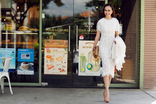 Ở set đồ thứ 2, cô đã không sử dụng quá nhiều phụ kiện để kết hợp cùng váy ren trắng thanh lịch.