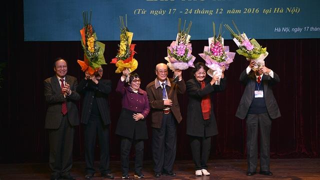 NSND Lê Tiến Thọ tặng hoa Hội đồng giám khảo của Liên hoan sân khấu thủ đô lần thứ hai - 2016.