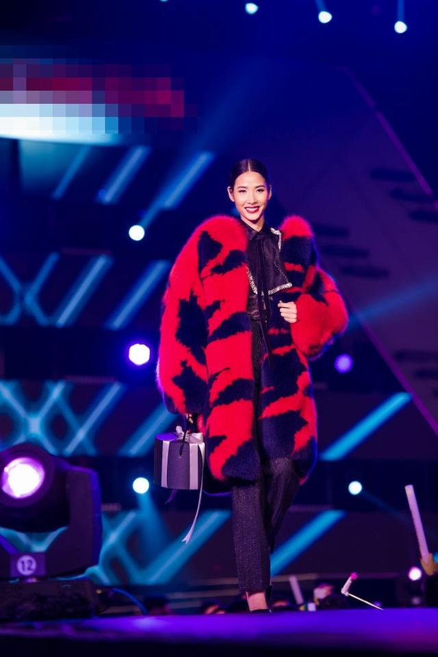 Quán quân Next Top Model Hoàng Thùy mang đến không khí ấm áp của mùa đông với áo lông gam màu ấm nóng.
