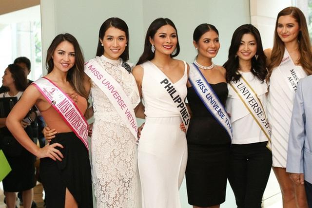 """Á hậu Lệ Hằng cùng dàn thí sinh Miss Universe đến từ nhiều quốc gia trên thế giới đã đồng thanh nói """"Xin chào Việt Nam"""" và gửi nụ hôn gió tới công chúng từ Philippines. Cô cũng có cơ hội giao lưu Miss Universe 2015 - Pia Wurtzbach trước khi về nước."""