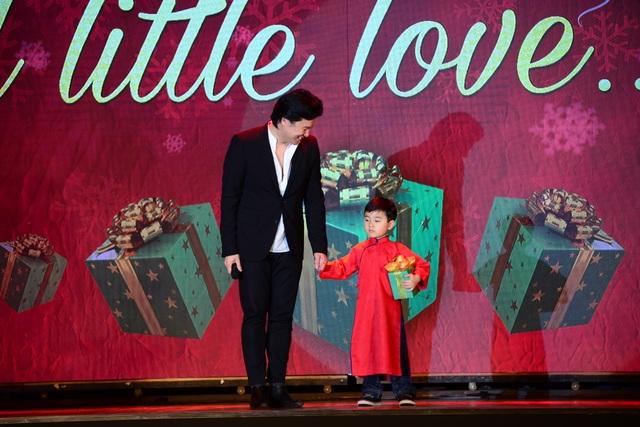Evan Lê được nhạc sĩ Thanh Bùi nắm tay bước ra sân khấu. Cậu bé mặc chiếc áo dài do em gái cố nhạc sĩ Trịnh Công Sơn may tặng.