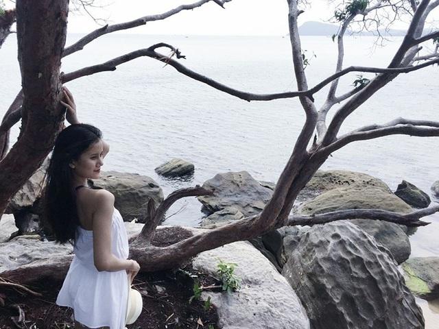 """Chọn cho mình những bộ trang phục nữ tính như áo trễ vai và jumpsuit, Quán quân Hương Ly như """"một viên kẹo ngọt"""" làm sáng bừng góc biển Phú Quốc."""