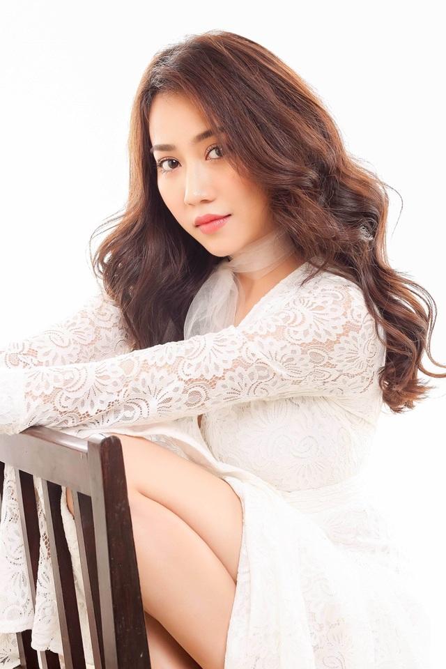 """Hot girl Huỳnh Hồng Loan """"lột xác"""" gợi cảm - 5"""