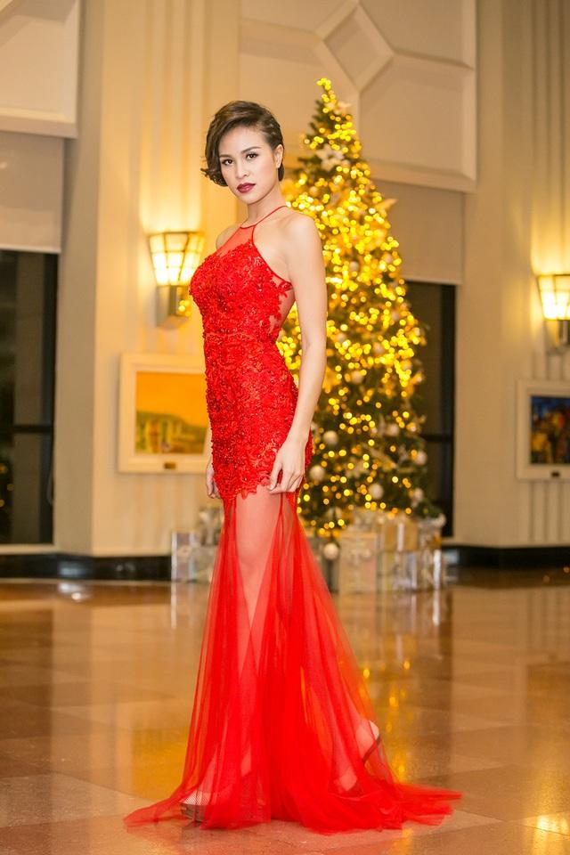Trong chiếc váy đỏ dáng dài cách điệu từ áo yếm, Phương Mai khoe bờ vai ngọc ngà cùng đôi chân siêu mẫu. Vóc dáng cô được tôn lên qua trang phục gợi cảm vừa đủ.