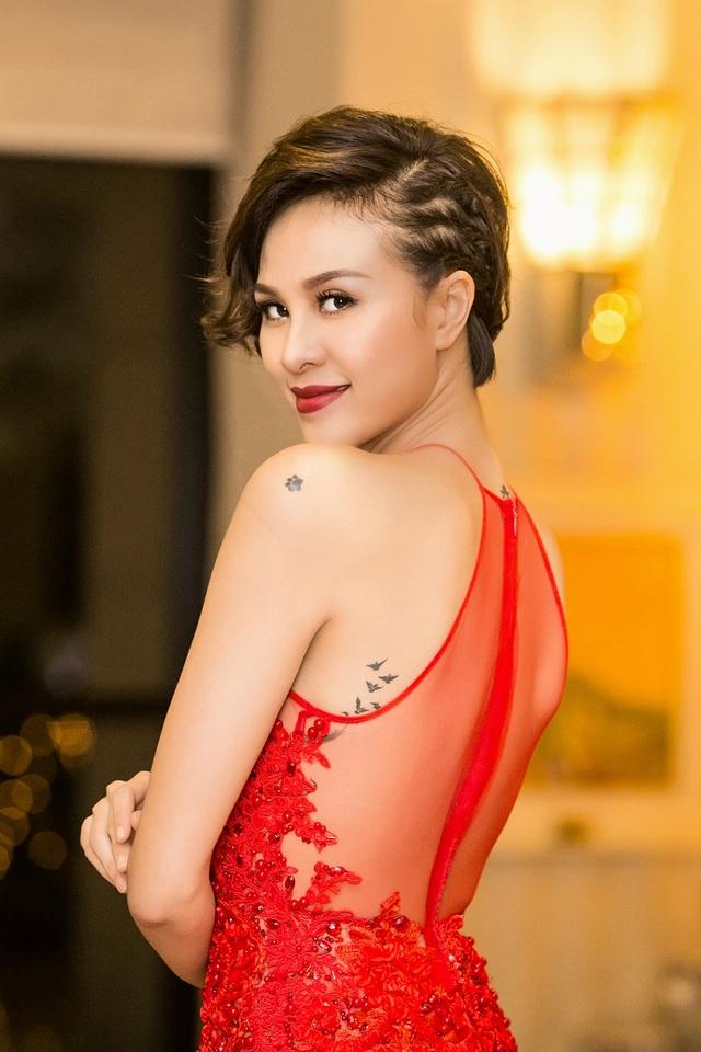 Người đẹp cũng để lộ khá nhiều hình xăm trên vai và lưng với thiết kế trong suốt nửa phía trên lưng. Hình xăm cũng thể hiện tính cách mạnh mẽ và dữ dội của Phương Mai.