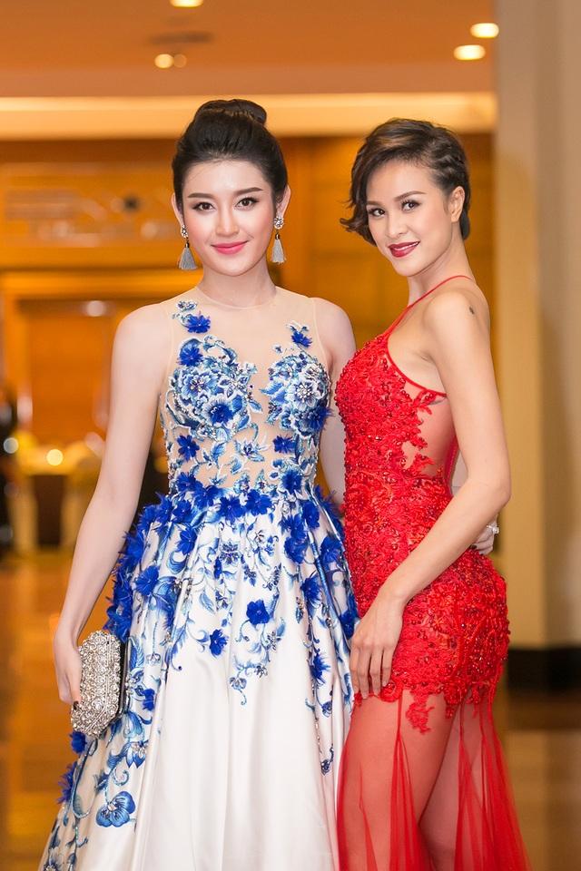 Người đẹp đọ sắc cùng Á hậu Huyền My. Huyền My chọn cho mình một thiết kế điệu đà, đắp hoa tinh tế tone màu trắng, xanh.