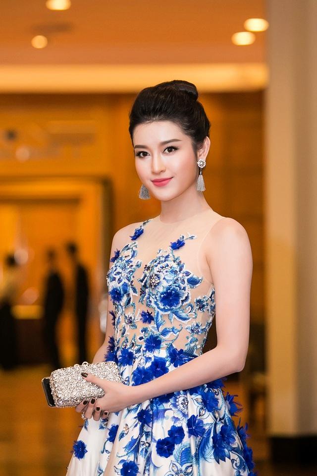 Á hậu được biết đến với việc không ngại chi mạnh tay cho hàng hiệu tiếp tục kết hợp váy áo cùng phụ kiện đắt tiền là bông tai và ví cầm tay sang trọng.