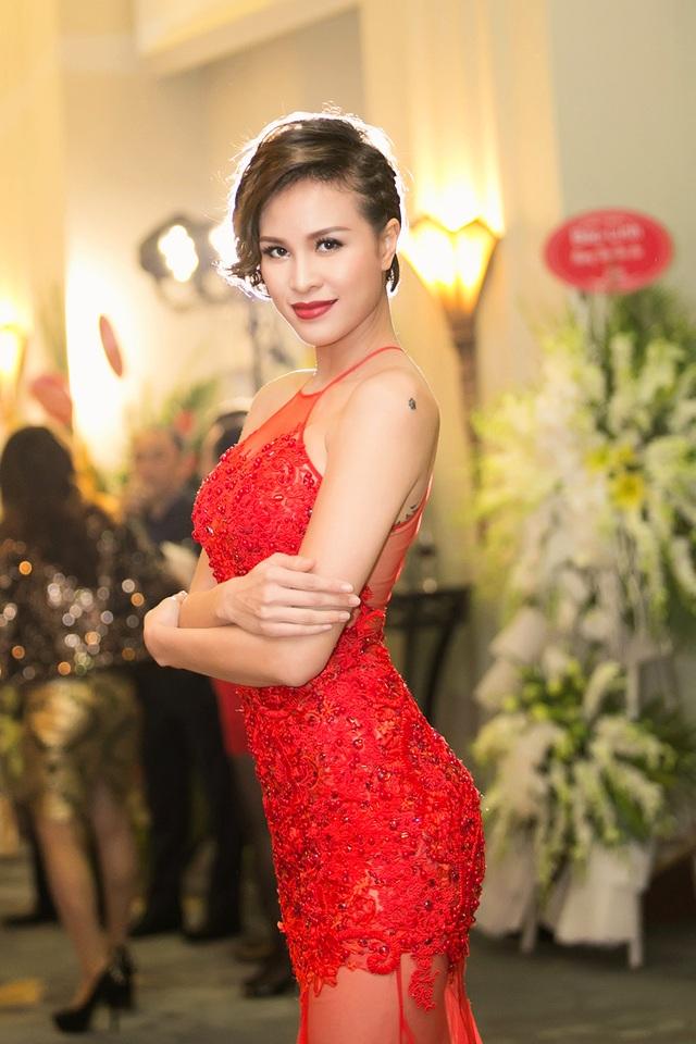 """Khi được hỏi tại sao thời gian gần đây ít xuất hiện hơn trước, Phương Mai cho biết từ khi giải nghệ nghiệp người mẫu, cô dồn tâm huyết cho công việc MC. Cô vẫn chăm chỉ theo đuổi công việc yêu thích chứ không có chuyện """"mất tích"""" như đồn đoán."""