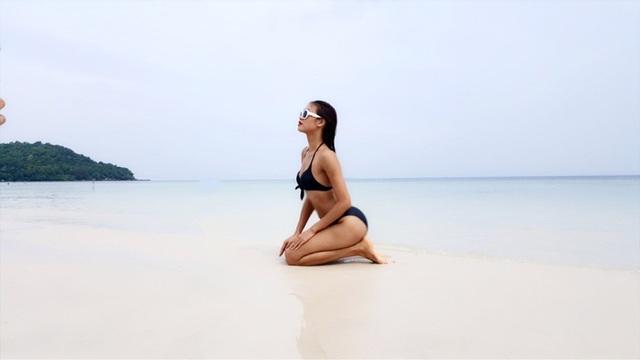 Nguyễn Oanh đã làm một cuộc thay đổi trong phong cách thường ngày của mình. Hoàn toàn không còn là một Nguyễn Oanh mạnh mẽ và có phần nam tính như xưa, Nguyễn Oanh bây giờ là một cô gái quyến rũ với những đường cong bốc lửa và làn da nâu khỏe khoắn, vô cùng hợp thời. So với thời điểm còn là một cô gái rụt rè tham gia casting mùa 5, Nguyễn Oanh của tuổi 20 hiện tại đã hoàn toàn lột xác, đầy tự tin trong bộ bikini 2 mảnh màu đen bí ẩn dưới làn nước biển trong xanh.
