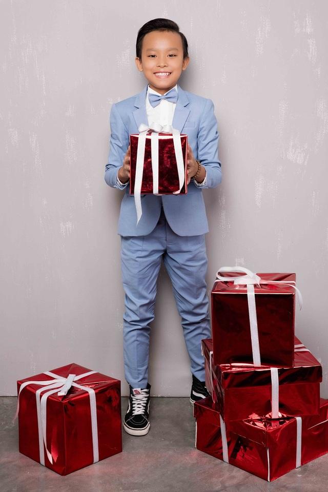 Lần đầu tiên Hồ Văn Cường được mặc vest, đi giày thể thao bảnh bao chụp ảnh Giáng sinh.