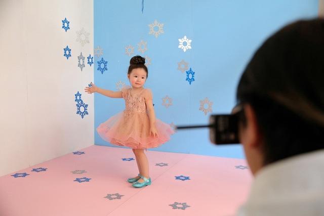 Cadie vừa xuất hiện trong vai trò người mẫu ảnh cho một thương hiệu Việt nổi tiếng cùng với sự hộ tống của mẹ - Elly Trần. Khi vào lại công việc, cô bé lại tiếp tục tạo dáng như một người mẫu thực thụ.