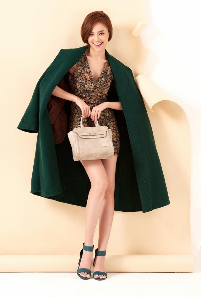 Cô kết hợp cùng phụ như túi xách hay giày đa sắc màu.