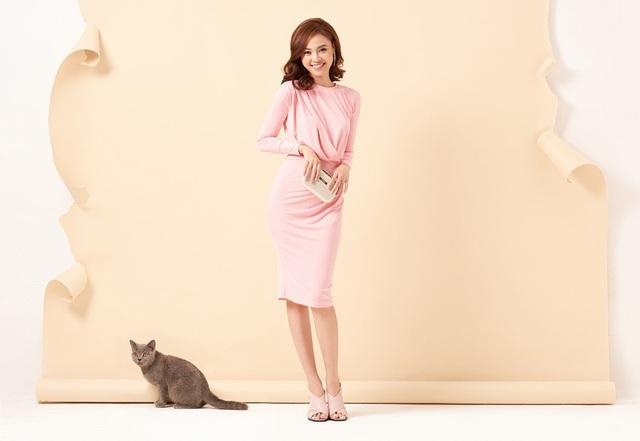 Lan Ngọc thường chọn clutch cùng váy đầm sắc hồng để những buổi hẹn hò.