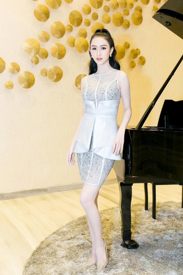 Trong khi đó Hà Thu chọn bộ váy ngắn với chi tiết eo tinh tế.