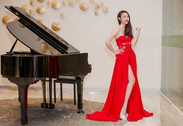 Diệp Bảo Ngọc mặc trang phục đỏ rực đậm không khí Giáng sinh. Đi kèm trang phục là lối makeup nhấn vào đôi môi gợi cảm.
