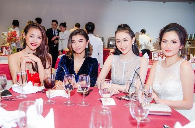 Diệp Bảo Ngọc và Tiêu Châu Như Quỳnh vui vẻ trò chuyện cùng Á hậu Hà Thu - Giám đốc quốc gia Hoa hậu Liên Lục Địa và Hoa hậu Đông Nam Á Diệu Linh.