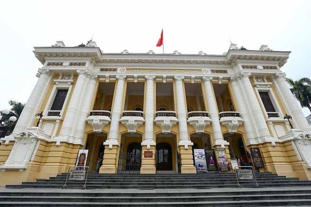 Nhà hát Lớn Hà Nội là một công trình kiến trúc phục vụ biểu diễn nghệ thuật tọa lạc trên quảng trường Cách mạng tháng Tám, vị trí đầu phố Tràng Tiền. Công trình được người Pháp khởi công xây dựng năm 1901 và hoàn thành năm 1911, theo mẫu Nhà hát Opéra Garnier ở Paris nhưng mang tầm vóc nhỏ hơn và sử dụng các vật liệu phù hợp với điều kiện khí hậu của Thủ đô Hà Nội Việt Nam.