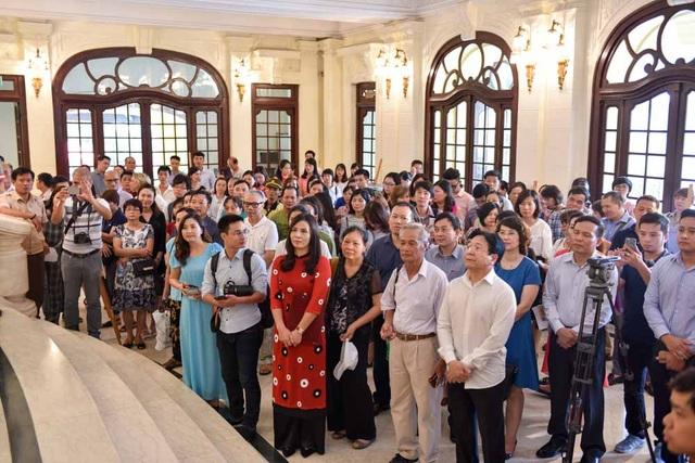 Sáng nay 6/9 rất đông đảo bà con nhân dân và khách du lịch đến Nhà hát Lớn Hà Nội dự buổi lễ mở cửa cho du khách thăm quan.