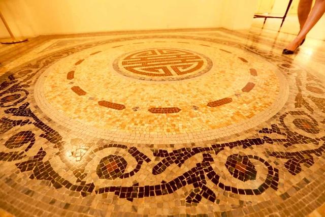 Gạch lát nền sử dụng gạch Mosaic kết hợp với những họa tiết trang trí theo tinh thần cổ điển, đem lại cảm giác sang trọng.