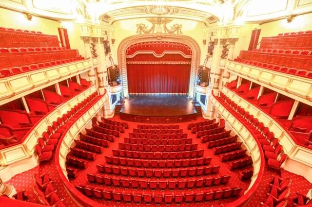 Khán phòng lớn của nhà hát là phòng khán giả kích thước 24 x 24 mét với sân khấu lớn, ba tầng ghế, tổng cộng 598 chỗ ngồi.