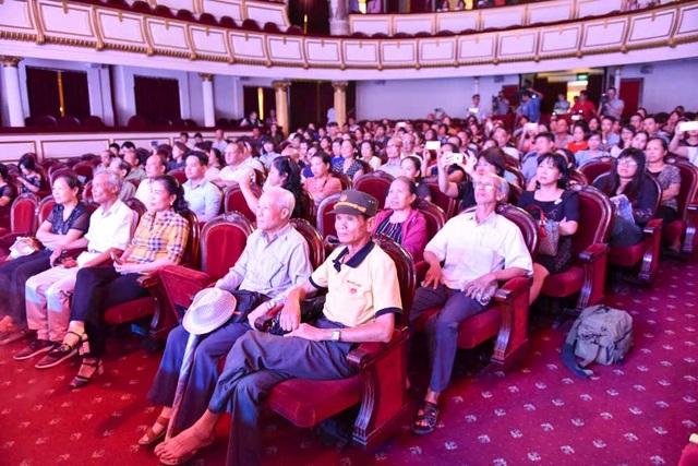 Ngày đầu tiên mở của, rất đông người dân đến thăm quan và dự chương trình văn nghệ…
