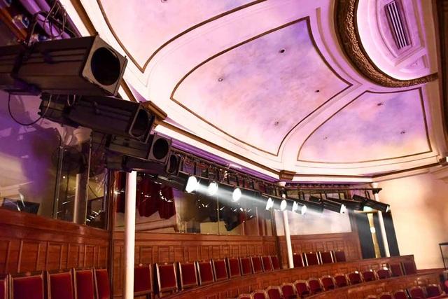 Hệ thống đèn chiếu sáng chính của sân khấu lớn…