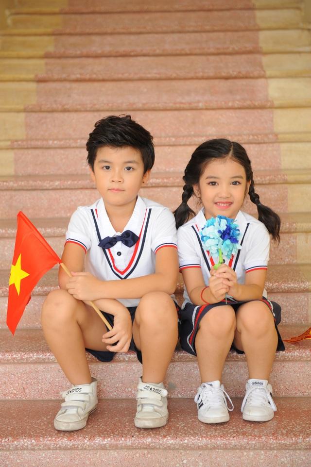 Trong trang phục cắp sách tới trường, Bảo Huy - Bảo Hân tự tin tạo dáng.