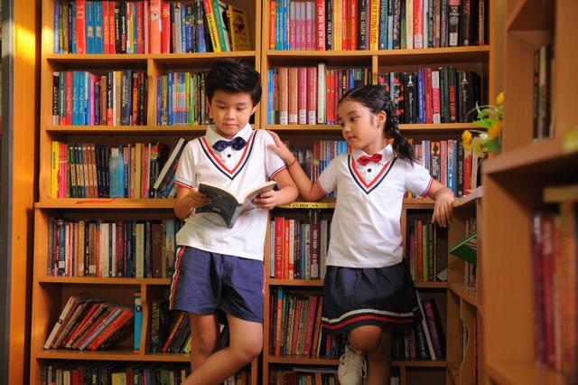 Bối cảnh thư viện thể hiện tinh thần của bộ hình.