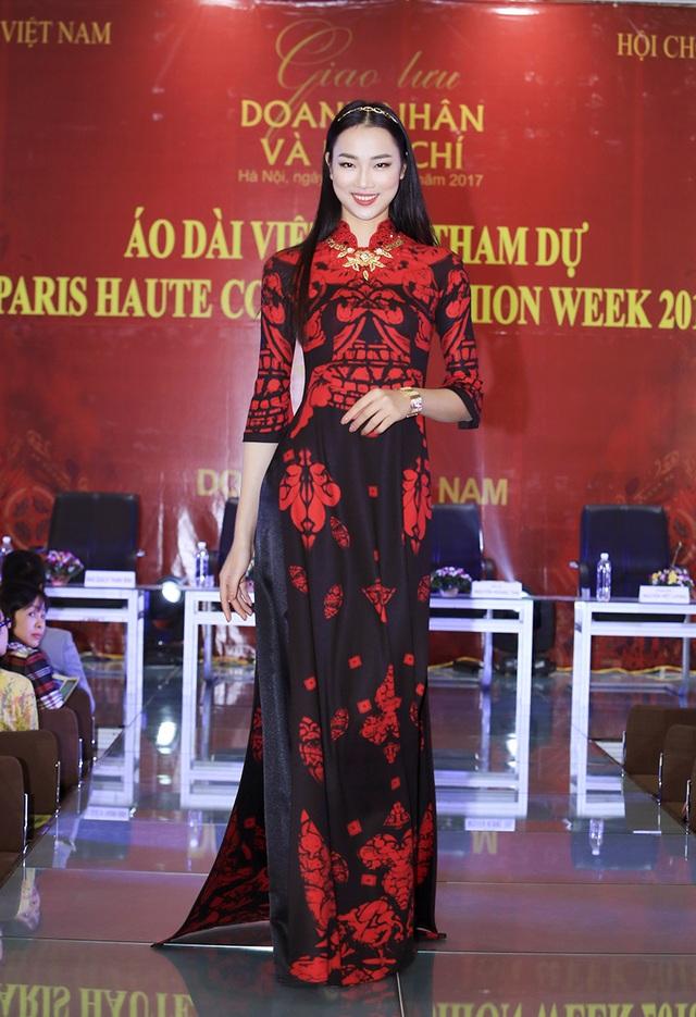 Hoa hậu nhân ái Thủy Tiên là người trình diễn ra mắt BST của NTK Đỗ Trịnh Hoài Nam trong buổi họp báo.