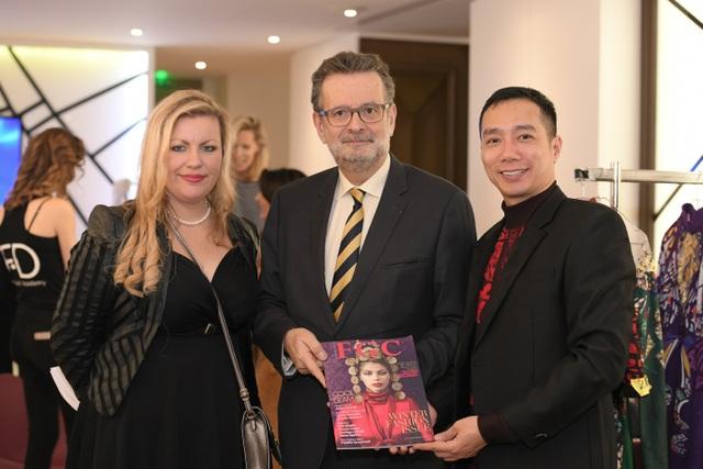 NTK Đỗ Trịnh Hoài Nam cùng đại diện tạp chí thời trang Pháp FGC và đại diện Ban Tổ chức Paris Fashion Week - Haute Couture 2018.
