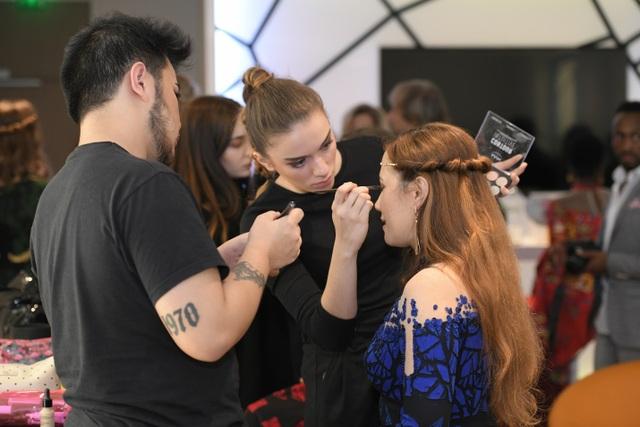 """Lauryane Lsv cho biết: """"Tôi cảm nhận được sự đẳng cấp của thời trang Haute Couture qua từng chi tiết trên áo dài, chúng đều được đính kết tỉ mỉ, công phu và vô cùng tinh tế. Từ phom dáng, chất liệu đến ý tưởng của bộ sưu tập hoàn toàn khác biệt, tạo nên sự mới lạ và tôi đã thực sự bị cuốn hút. BST đã giúp tôi có cái nhìn mới mẻ, đa chiều hơn về thời trang và đây chắc chắn sẽ là phần trình diễn đáng nhớ nhất trong nghiệp diễn của tôi. Tôi xin chúc NTK Đỗ Trịnh Hoài Nam sẽ thật thành công với BST ấn tượng này."""""""
