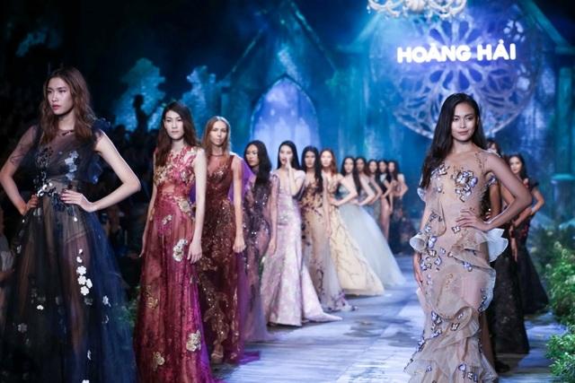 """Hình ảnh dàn mẫu tỏa sáng với hàng chục đầm váy dạ hội trong đêm diễn """"De Hanoi à Paris"""" đặc biệt là chiếc váy mang tên Kim Cương Tím lấy cảm hứng từ dòng sản phẩm nữ hoàng Embellir của Menard Nhật Bản"""